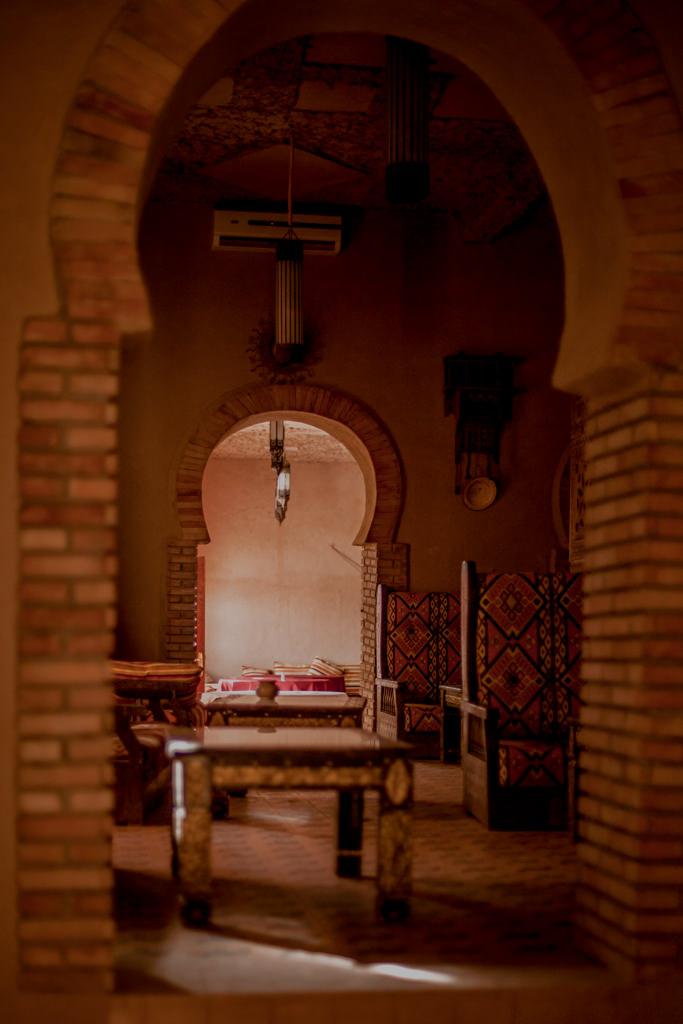 Maroko - kazba w Merzoudze, pustynia