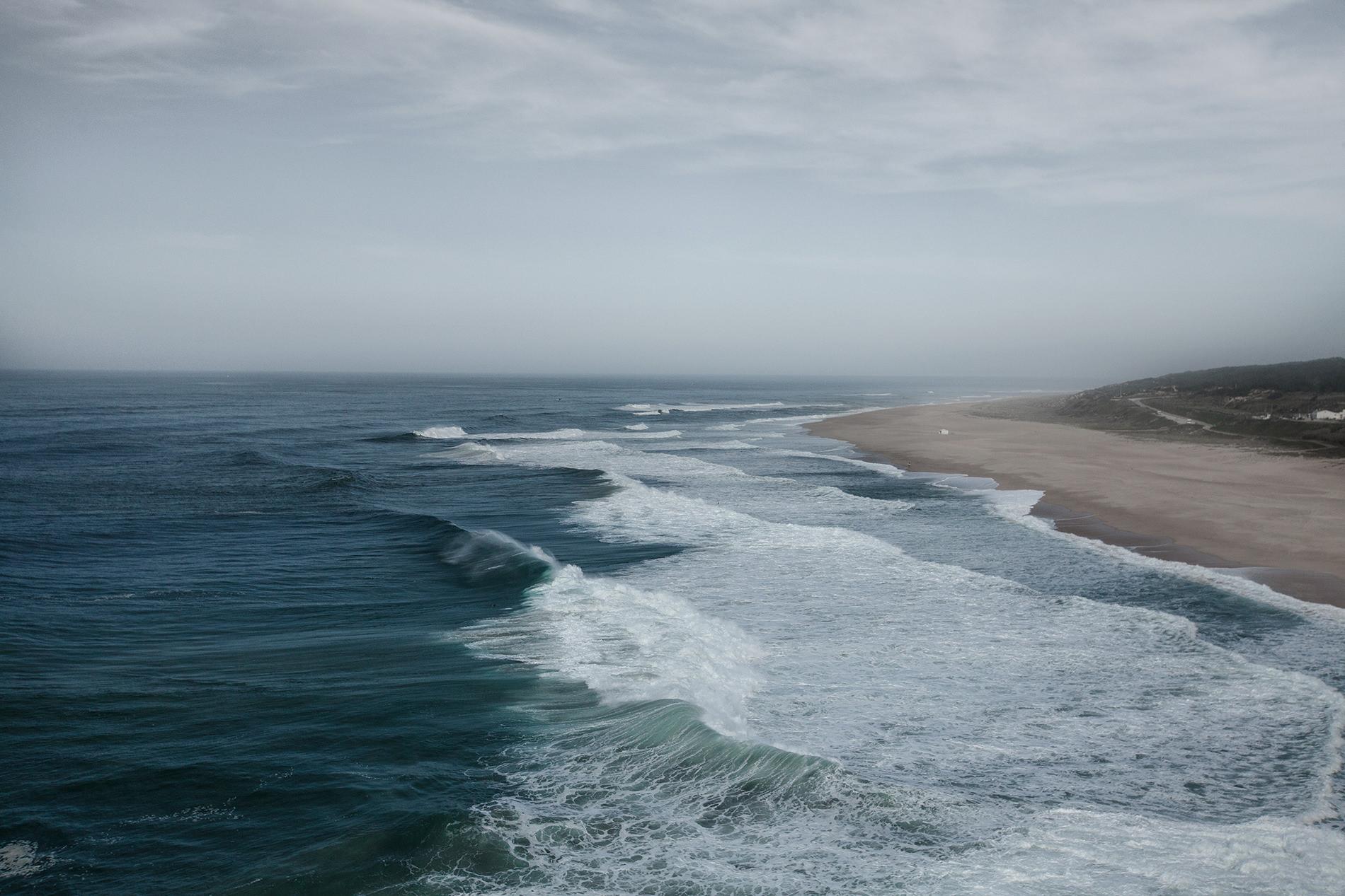 Dzika plaża w Nazare. Plaże Portugalii