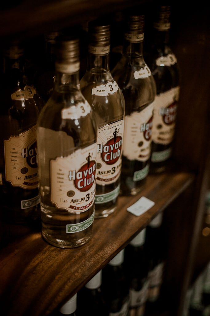 Biały rum kubański. Kuba i fabryka rumu na wyspie