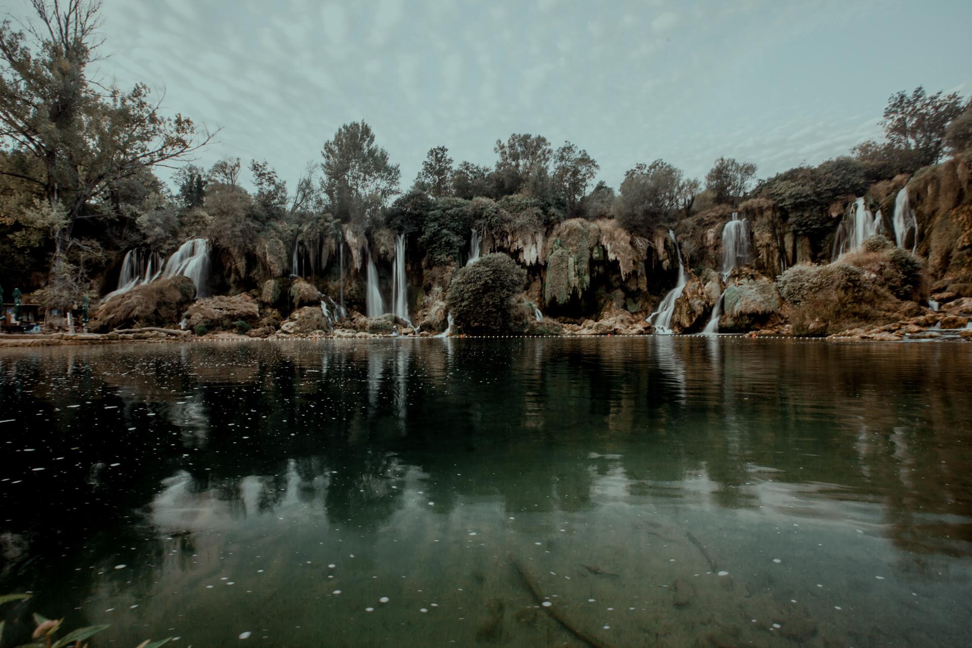 Piękne krajobrazy w Bośni i Hercegowinie. Wodospady Kravica
