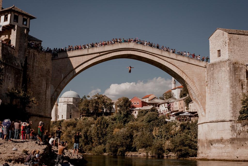 Skoki z mostu w Mostarze