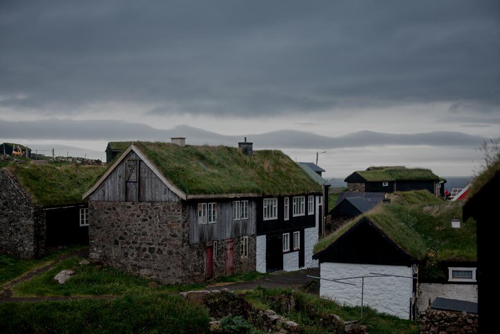 Tradycyjne domy z trawą na dachu - Wyspy Owcze, Mykines